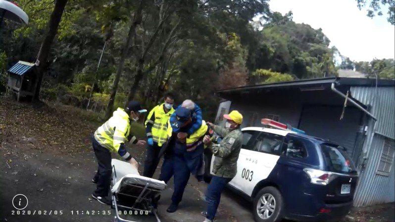 警員揹張姓男子上擔架,盡快就醫。圖/和平分局提供