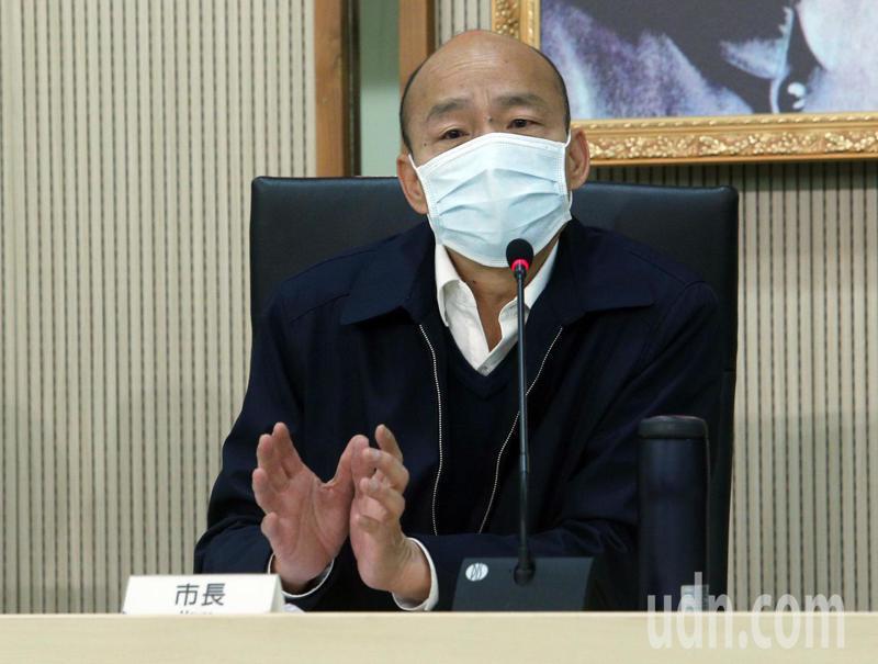 因應武漢肺炎疫情衝擊,高雄市長韓國瑜(右)上午與局處首長公布相關產業紓困方案,並希望中央能夠給予支持。記者劉學聖/攝影