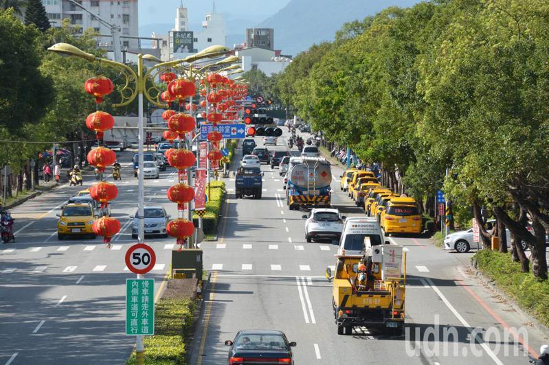 花蓮市中央路上月13日調整號制,造成塞車更嚴重,民眾抱怨連連,縣府宣布8日起恢復舊制。記者王燕華/攝影