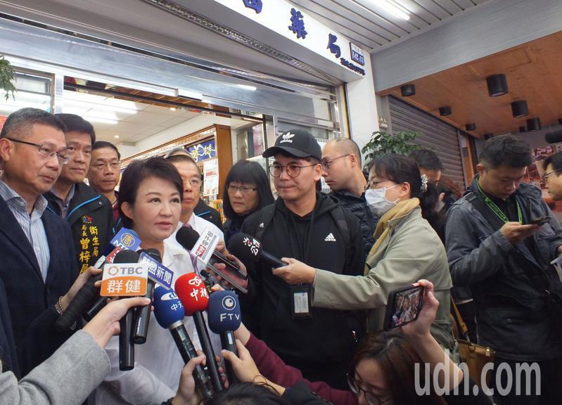 台中市長盧秀燕(左四)今天視察藥局口罩販售情況,包括她和衛生局長曾梓展(左二)等市府人員都沒有戴口罩。記者趙容萱/攝影