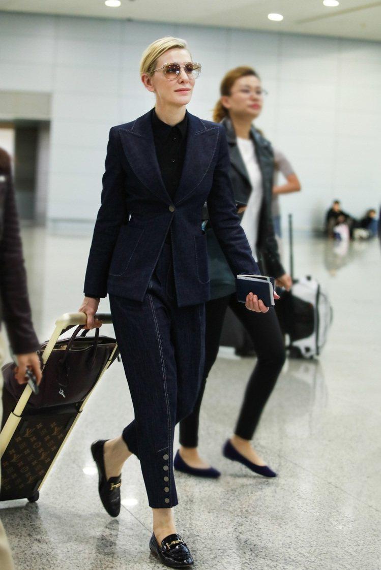 凱特.布蘭琪2019年度的機場時尚,僅是拉著行李箱都散發走紅毯的巨星氣場。圖/L...