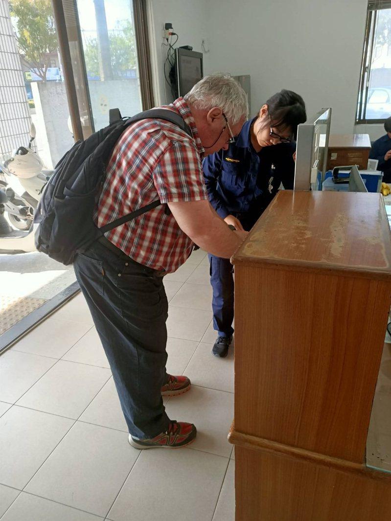 美籍男子馬利奧從外地到台旅遊時,因在外撿到其餘民眾遺失的駕照,熱心的他心想失主一定因遺失證件,感到相當焦慮。記者邱奕能/翻攝
