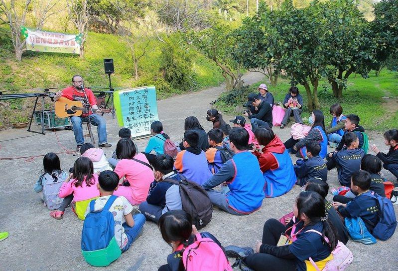 金曲獎最佳客語歌手謝宇威特別到場獻唱,並教孩子們客家童謠。 圖/工研院提供