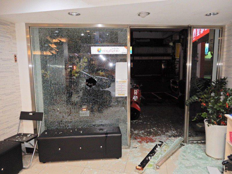 新北市樹林區保安一街路上的理髮店,於1月16日下午4時竟遭到兩名不名男子持棍棒砸店。記者陳弘逸/翻攝