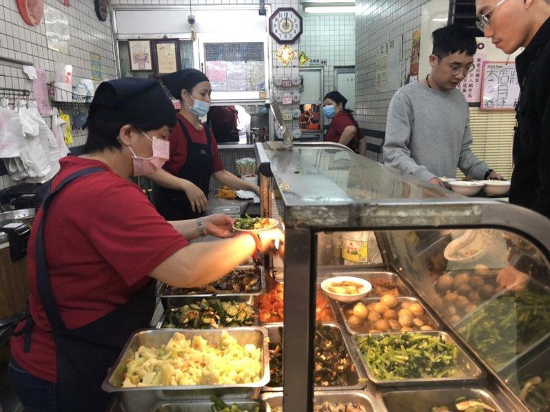 許多上班族中午會出來買便當,但如果天天吃還是會感到油膩、沒胃口。記者王慧瑛/攝影