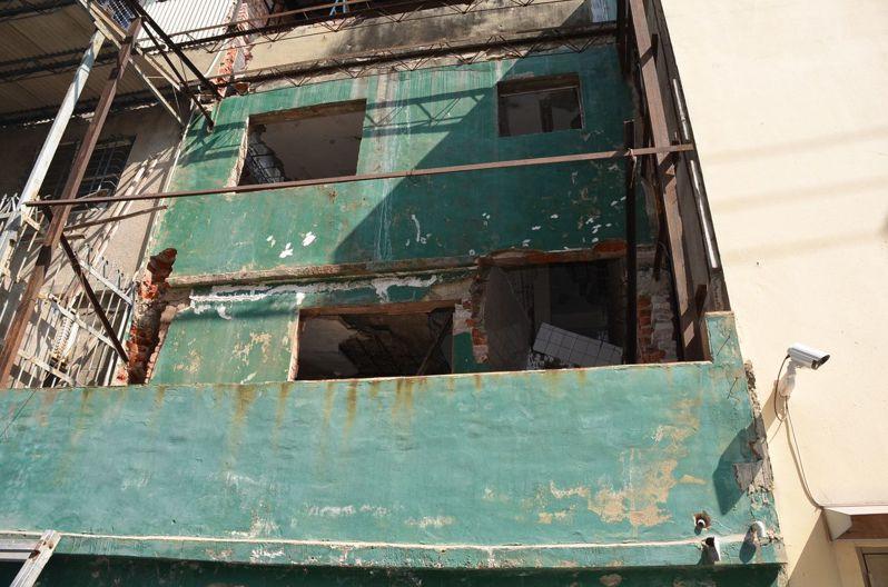 據調查,該棟3樓建築物正施工改建,鄭姓工人則在2樓處鑿壁時,頭部不慎撞及搖搖欲墜天花板,致使局部天花板剝落,掉下來砸中其頭部,緊急送醫後仍傷重不治。記者邵心杰/翻攝