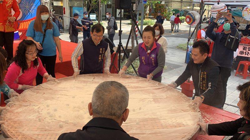 板橋區公所今舉辦「手搖元宵送愛心」,300人體驗傳統「搖元宵」,以直徑2公尺的大竹篩滾動上百顆元宵。記者張曼蘋/攝影