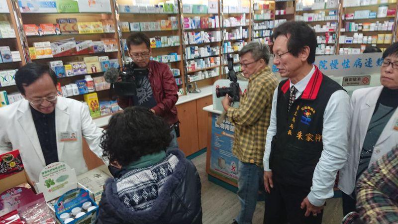花縣衛生局長朱家祥(右)下午到藥局視察實名制口罩販售情形。記者王燕華/攝影