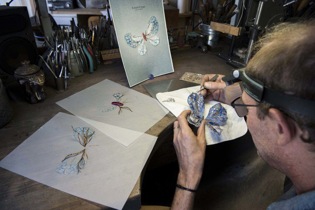 2019年的極光蝴蝶珠寶胸針,象徵Cindy Chao在工藝鍛造與創意具現的持續...