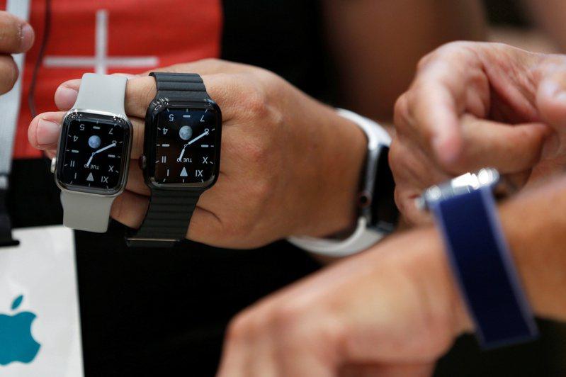 指針式腕表依舊受老一輩客群青睞,但年輕顧客開始轉向智慧手表和電子腕表。路透