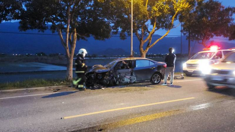 張姓男子開車載全家人,疑因精神不濟在花蓮玉里鎮自撞路樹,造成車上5人分受輕重傷。圖/警方提供
