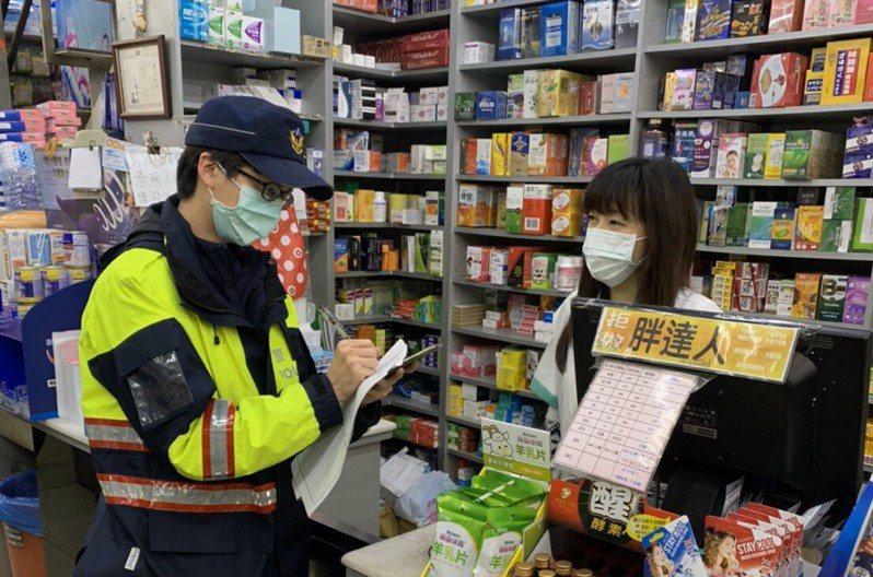 口罩實名制上路後,警察多了一項工作巡簽藥局防衝突。圖/警方提供