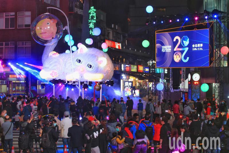 2020台北燈會主燈試燈儀式晚上舉行,西區主燈「躲貓貓」是總高度超過9公尺的穿透式主燈。記者陳正興/攝影