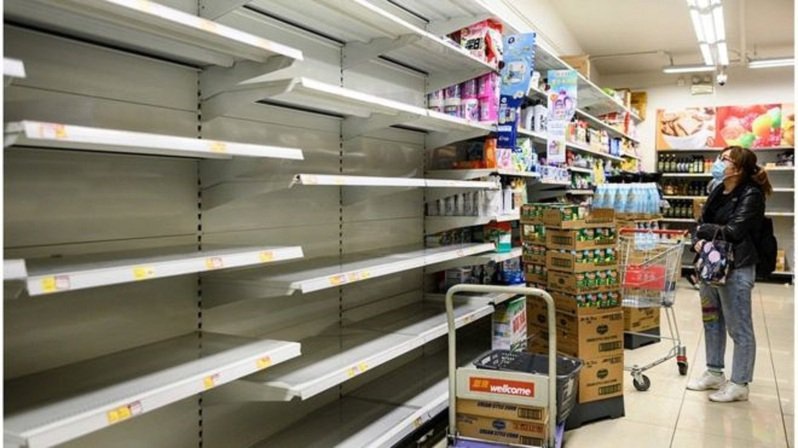 香港一家超市裡的貨架來不及補貨。圖/BBC中文網