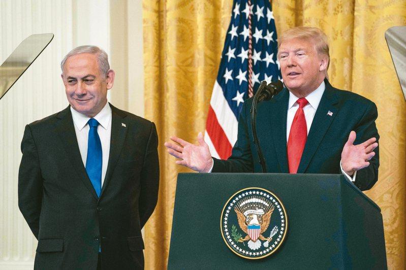 美國總統川普(右)上月廿八日在白宮與以色列總理內唐亞胡(左)一起宣布中東和平計畫。 (法新社)