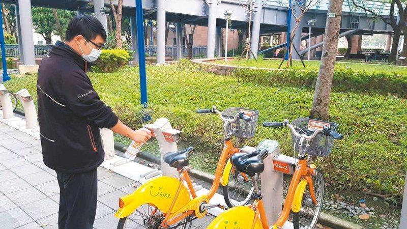為因應武漢肺炎疫情,YouBike廠商為各站服務機台、自行車把手、鈴噹和坐墊消毒。 圖/新北市交通局提供