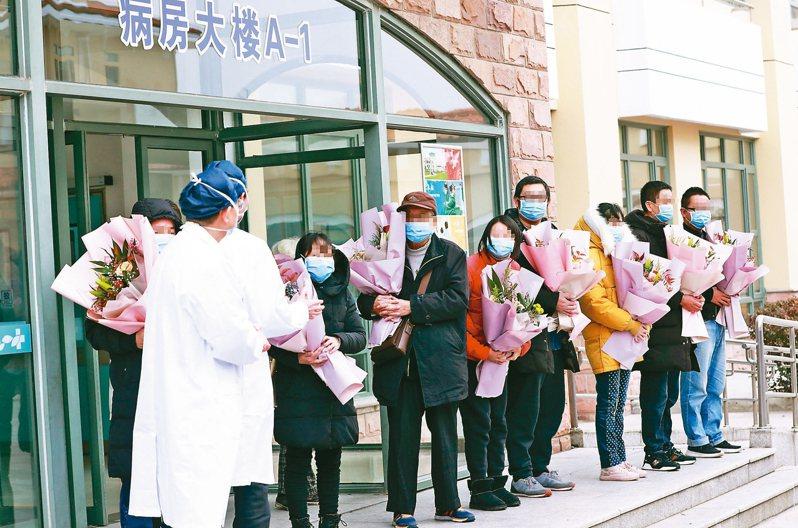 上海新增10例新型冠狀病毒肺炎患者痊癒出院,目前上海共有25例確診病例痊癒出院。 中新社