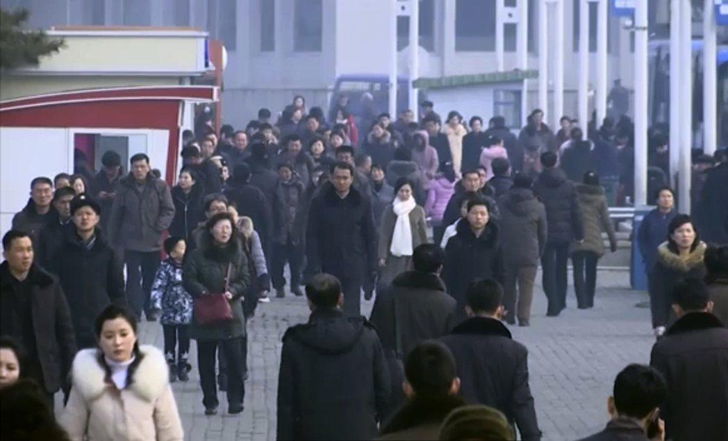 北韓民眾生活如常,上月30日熙來攘往的平壤街頭,幾乎無人戴口罩。 (美聯社)
