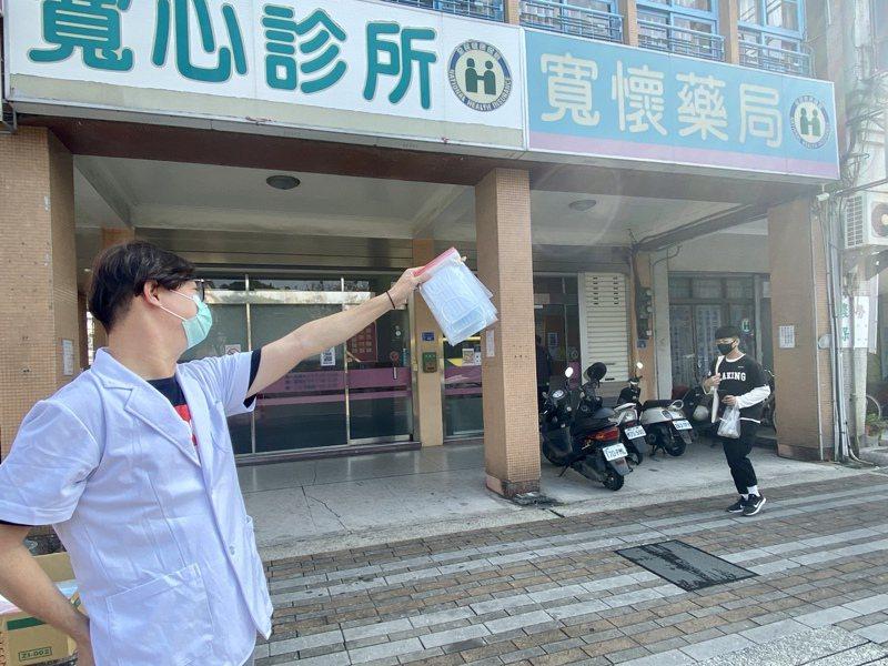 昨天上午屏東市寬懷藥局藥師站在路口,揮舞口罩,提醒民眾此店還有口罩可買。記者江國豪/攝影
