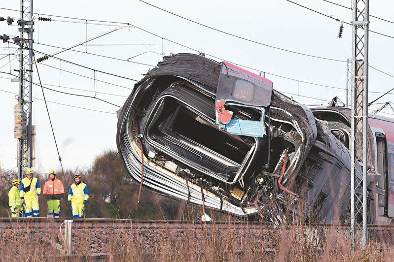 義大利北部米蘭附近六日發生高鐵出軌事故,造成兩名鐵路工人死亡。(法新社)