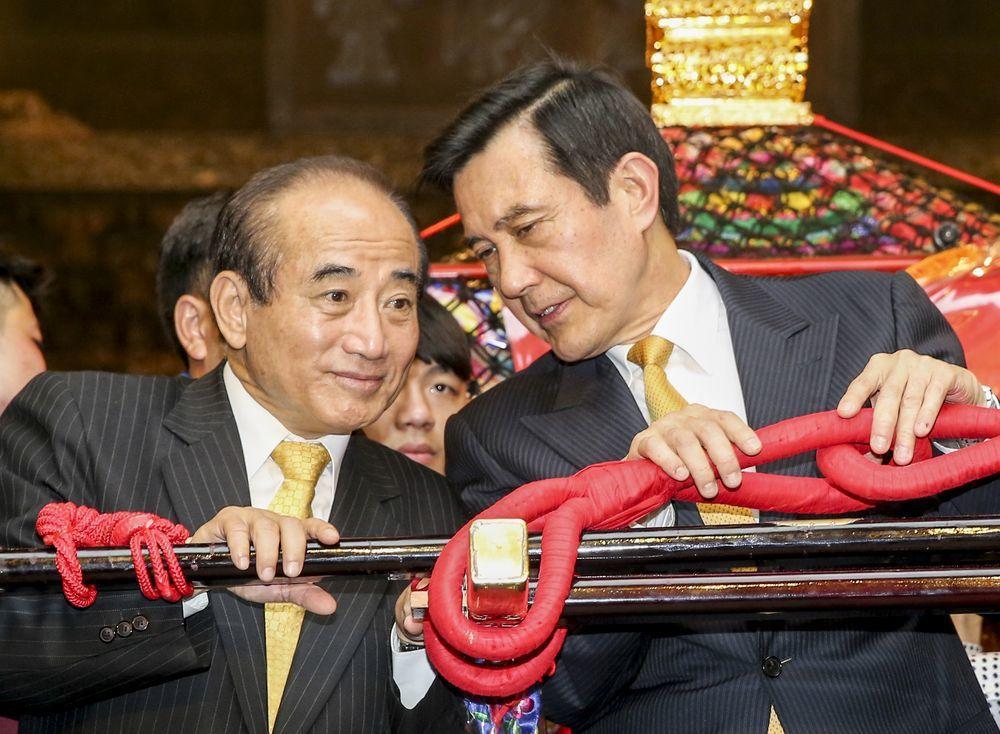 2013年爆發9月政爭,時任總統的馬英九(右)譴責立法院長王金平(左)司法關說。...