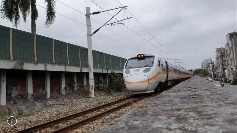 台鐵426次太魯閣列車,目前停在事故現場。記者王燕華/翻攝