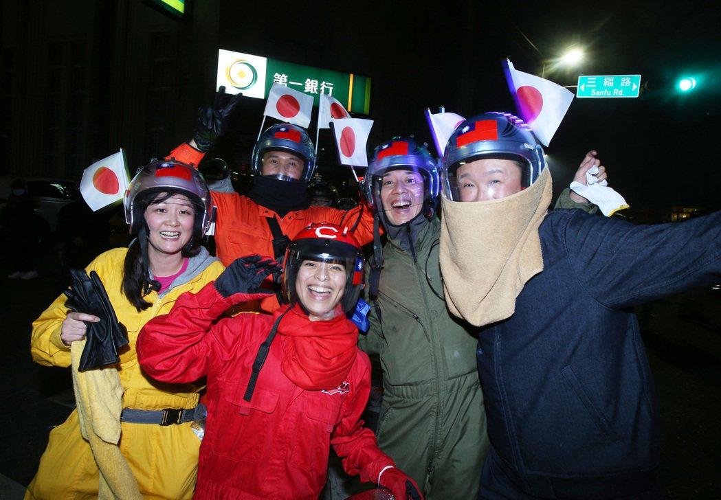 來自日本全副著裝的遊客,一路跟隨神轎體驗「犁蜂炮」的刺激快感。 記者劉學聖/攝影
