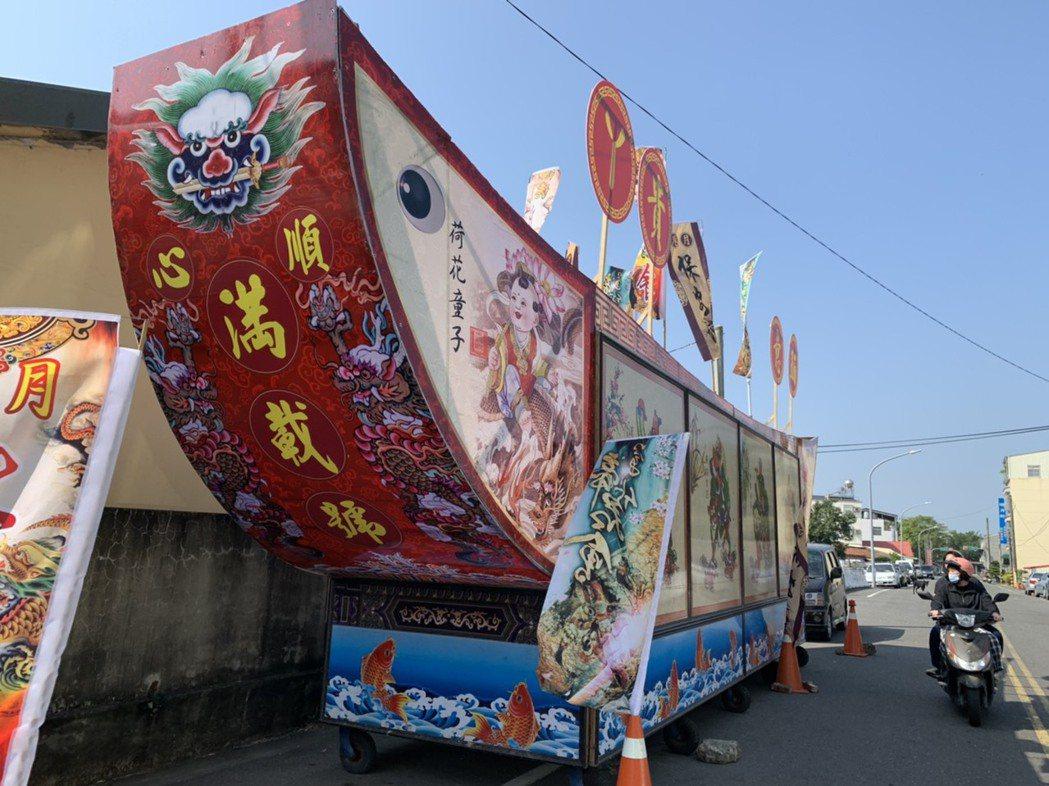 台南市鹽水區民自行製作的王船炮城,敬獻給關聖帝君。 記者吳淑玲/攝影