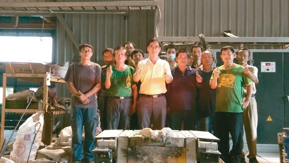 精工鑄造總經理梁正華(第一排左三)帶領著團隊提供多元製程服務。 莊智強/攝影
