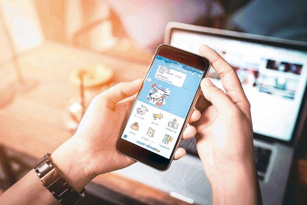 戰純網銀到來,各銀行去年大推數位帳戶,客戶可透過網站、App操作,享轉帳免手續費...
