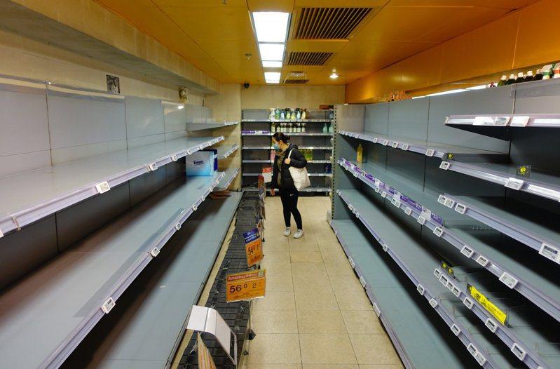 香港人集體歇斯底里搶購衛生紙,學者認為市民對政府信任度低迷。 香港中國通訊社