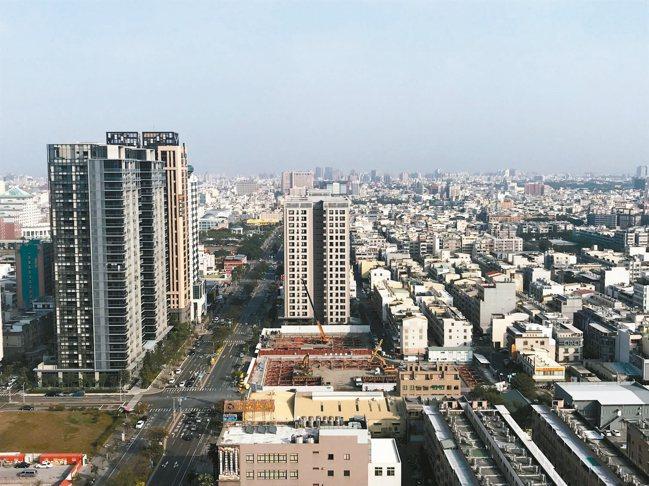 業者表示,新冠肺炎疫情籠罩下,買賣移轉棟數不減反增。 記者游智文/攝影