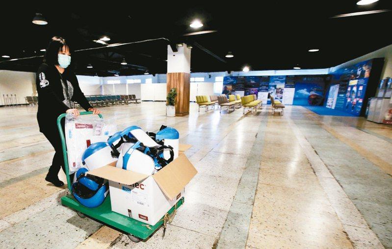 寶瓶星號將於明天停靠基隆,今天港務公司人員進行防疫準備,備齊口罩、手套、隔離衣、面罩等裝備,準備明天的旅客入關檢疫。 聯合報系(記者許正宏/攝影)