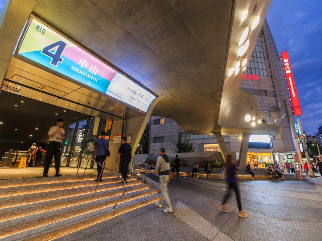距離捷運中山站550公尺,為淡水信義線與松山新店線交會。三豐建設/提供