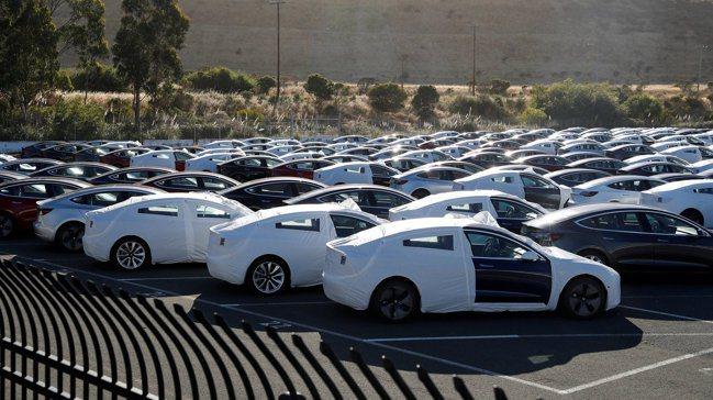 特斯拉(Tesla)電動車近來表現亮眼,傳統汽車製造商也前仆後繼,搶搭這股潮流,...