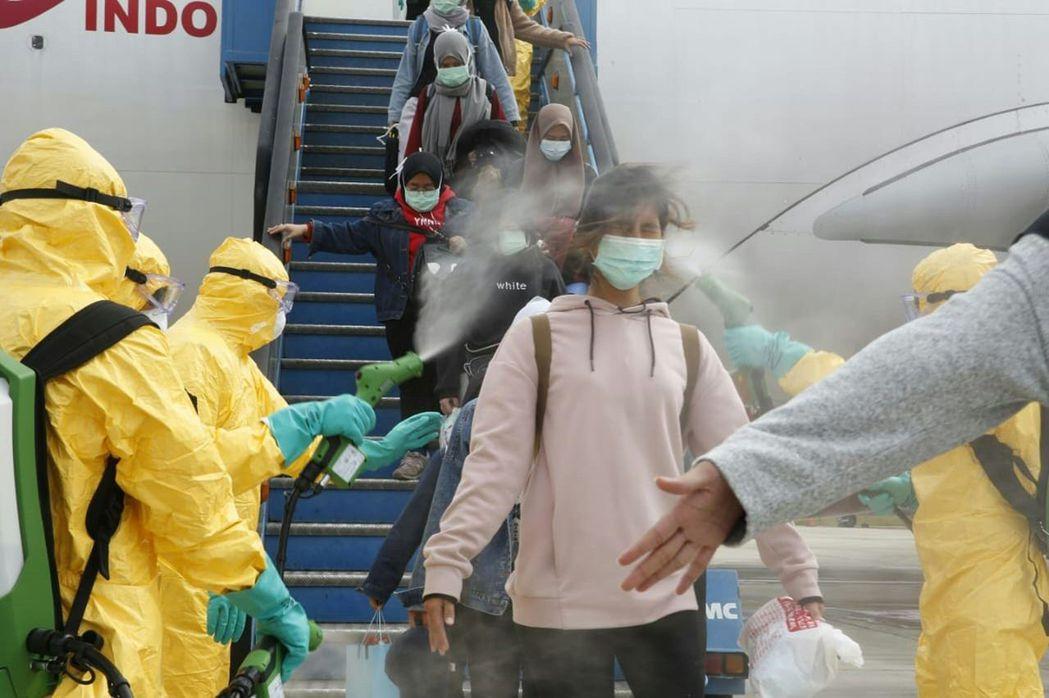 2月2日,印尼僑民抵達韓那丁機場。 圖/法新社