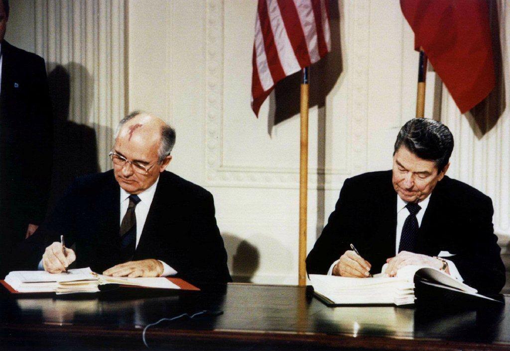1987年,美國總統雷根(右)和蘇共中央總書記戈巴契夫在白宮東廳簽署《中程飛彈條約》。 圖/路透社