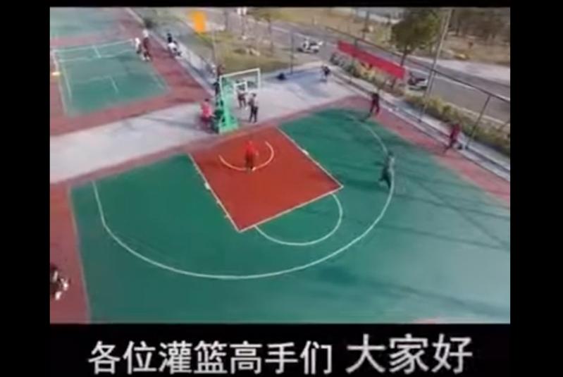 南京溧水區城管局勸導員運用無人機勸離打球民眾。圖擷自Youtube