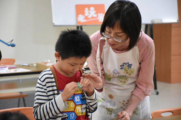 58歲的黃芝蘭從工研院退休後,從研究人員轉型為高手老師,以摺汽球、燒染手工藝帶領...