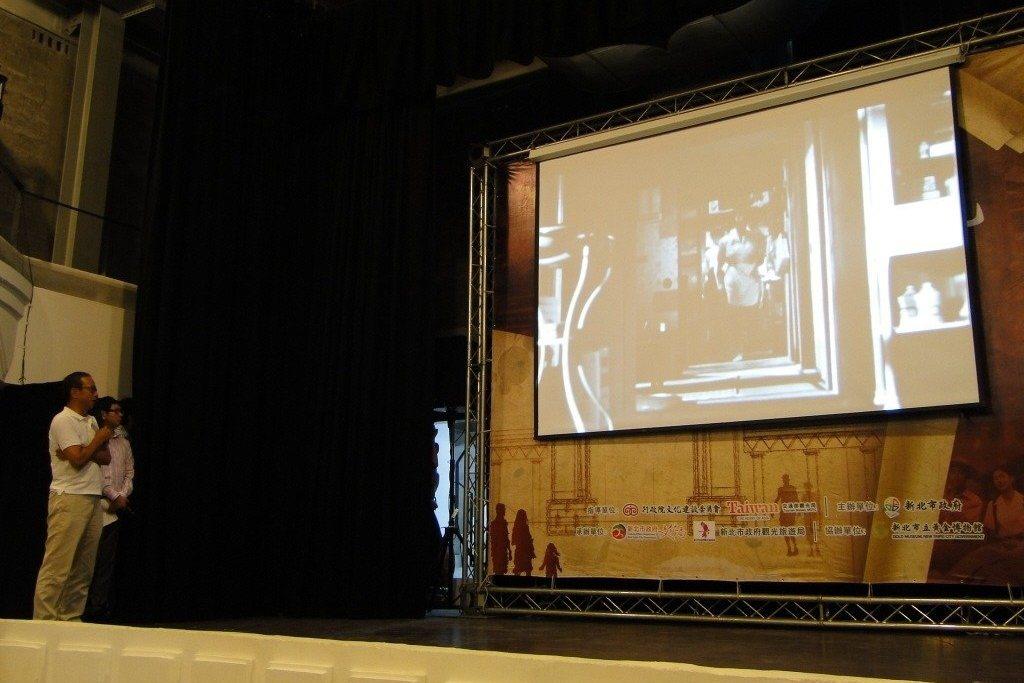 吳念真(左一)重現早年電影「辯士」情景。圖攝於2011年9月16日。 圖/聯合報系資料照