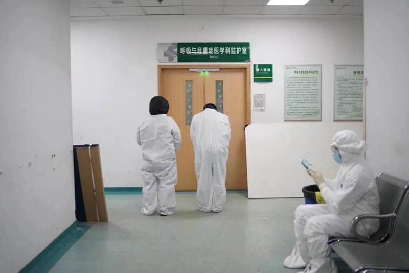 李文亮醫生搶救無效後,有其醫院同事在監護科外悼念。(財新)