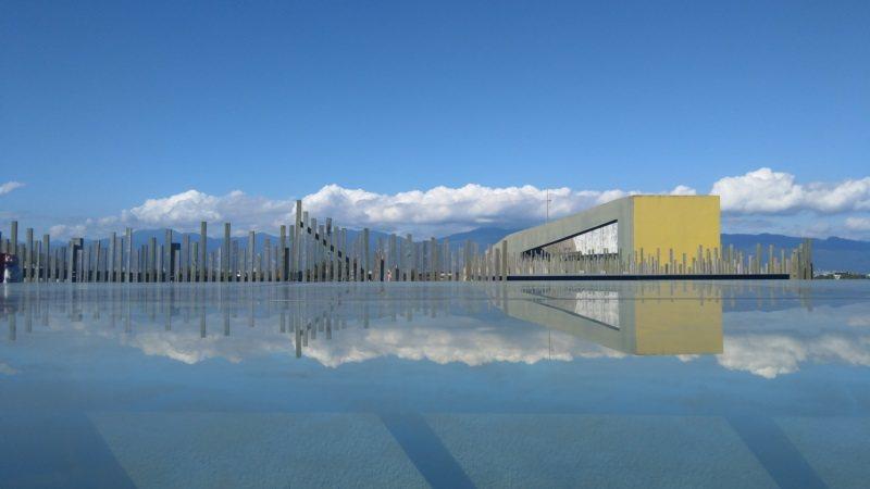 壯圍沙丘旅遊服務園區頂樓的黃色潛望鏡,襯著藍天白雲倒映在玻璃上,巧妙成趣,是內行...