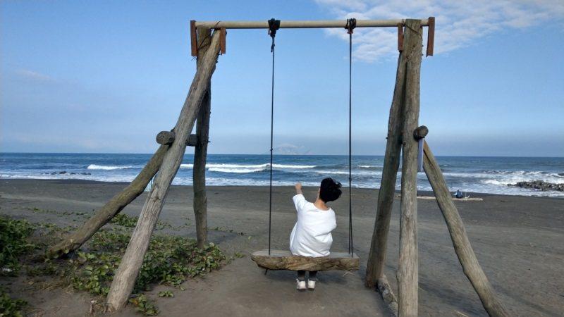 宜蘭壯圍鄉的沙灘盪鞦韆私房景點,可以把大海與龜山島入鏡。 圖/戴永華攝影