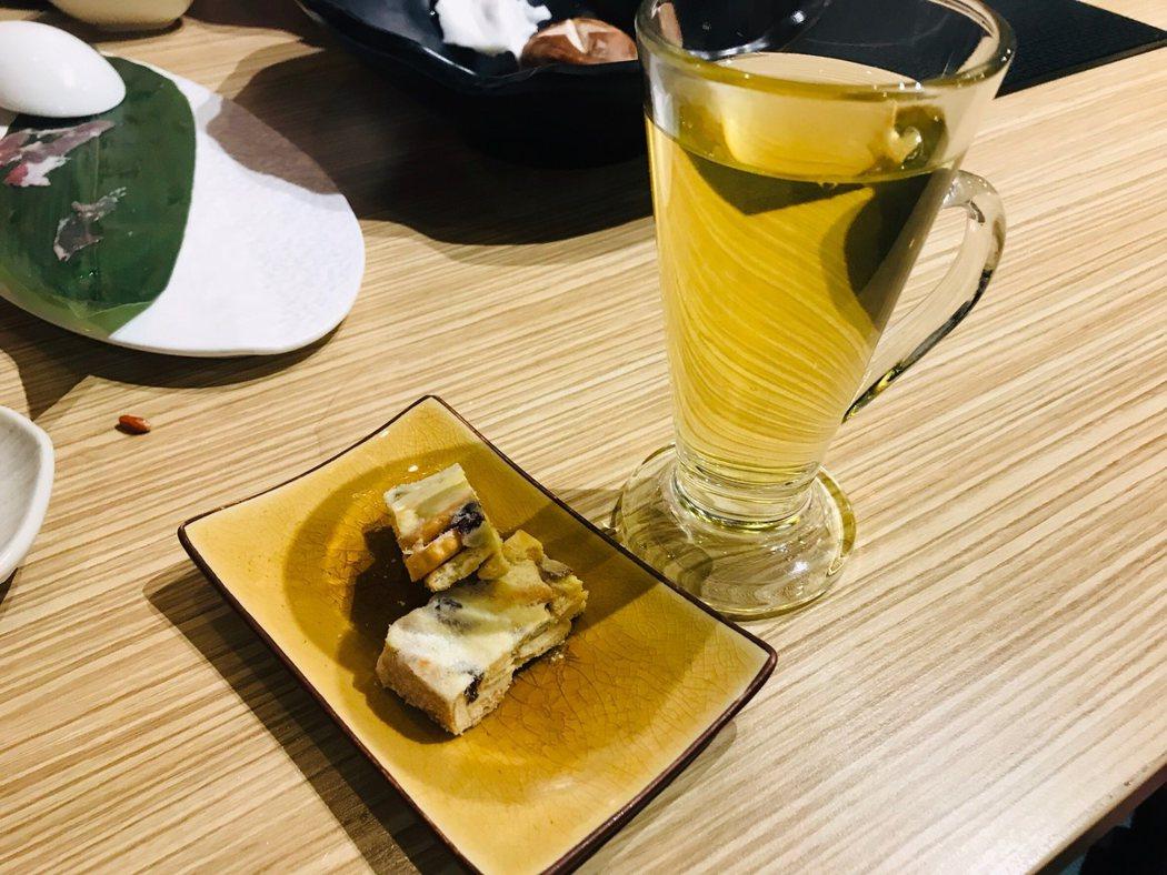 ▲餐後甜點跟飲料,也跟其他餐廳不同,熱熱的花茶~驅逐了冬天的寒意
