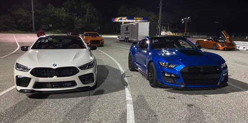 影/BMW M8與Ford Mustang Shelby GT500到底誰快?!