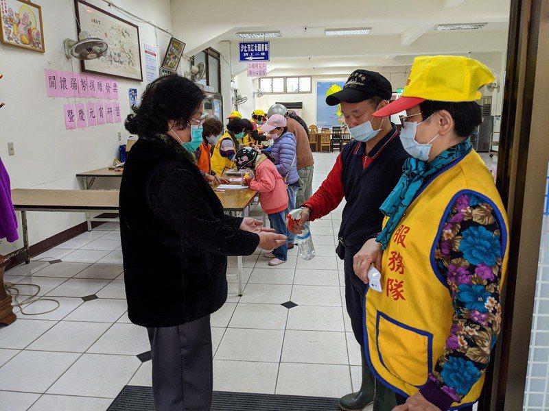 汐止江北里舉行捐發票送燈籠活動,取消原本的吃湯圓,並且進到會場前都要先量額溫,雙手消毒。 圖/觀天下有線電視提供