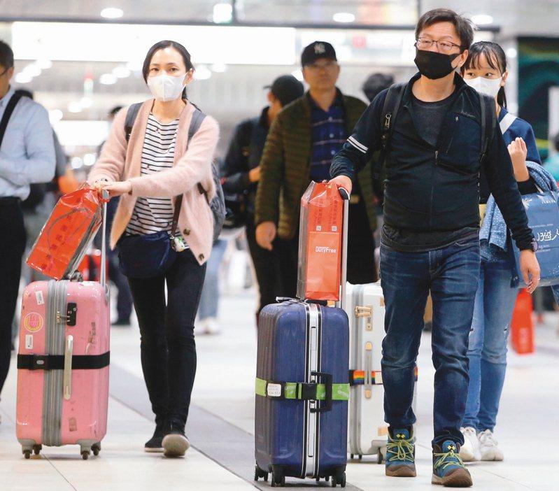 自中港澳回台者需居家檢疫14天,對此有網友好奇「隔離14天困難嗎」掀起熱議。圖/本報系資料照