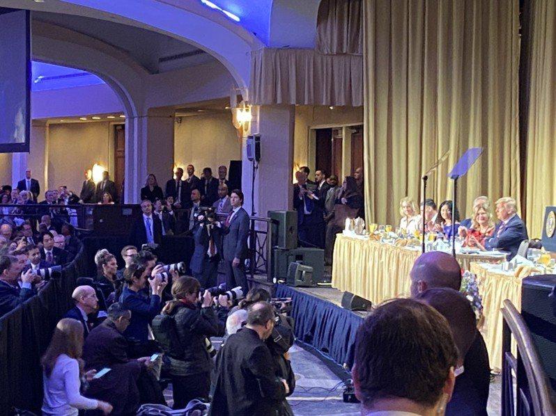 副總統當選人賴清德6日參加「國家祈禱早餐會」,座位在第一排,距離台上的美國總統川普不遠。圖/民眾提供