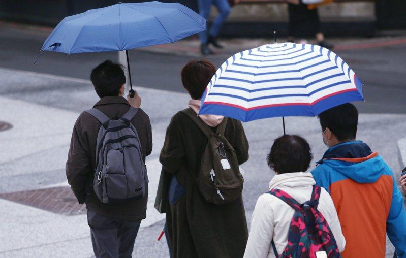 今天受鋒面通過及大陸冷氣團南下影響,苗栗以北及東北部地區凌晨開始轉為有局部短暫雨,而中部地區及南部山區也可能有零星降雨。本報資料照片