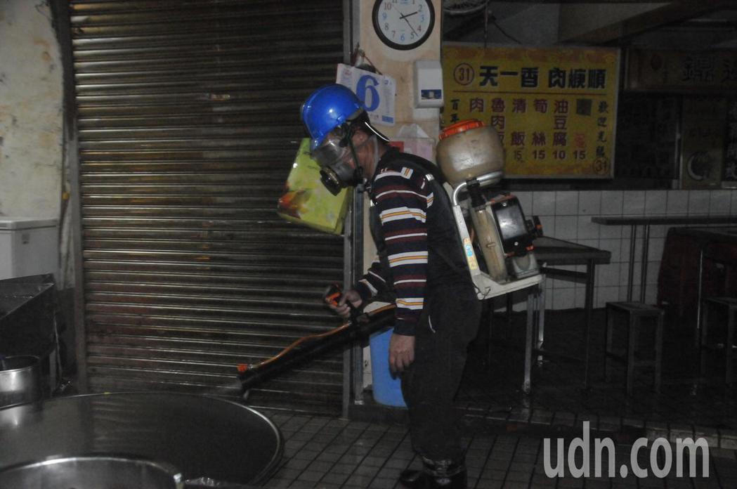 公主號遊客到過基隆廟口大消毒,攤商民眾:怕有病毒。記者游明煌/攝影